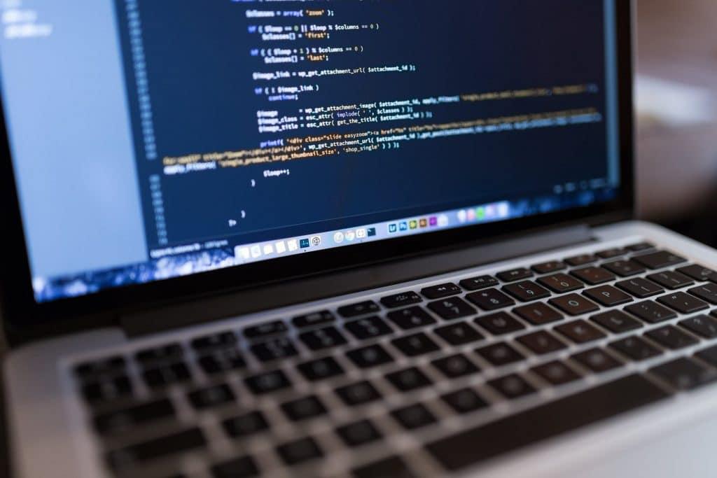 Tworzenie firmowej strony internetowej – komu zlecić?